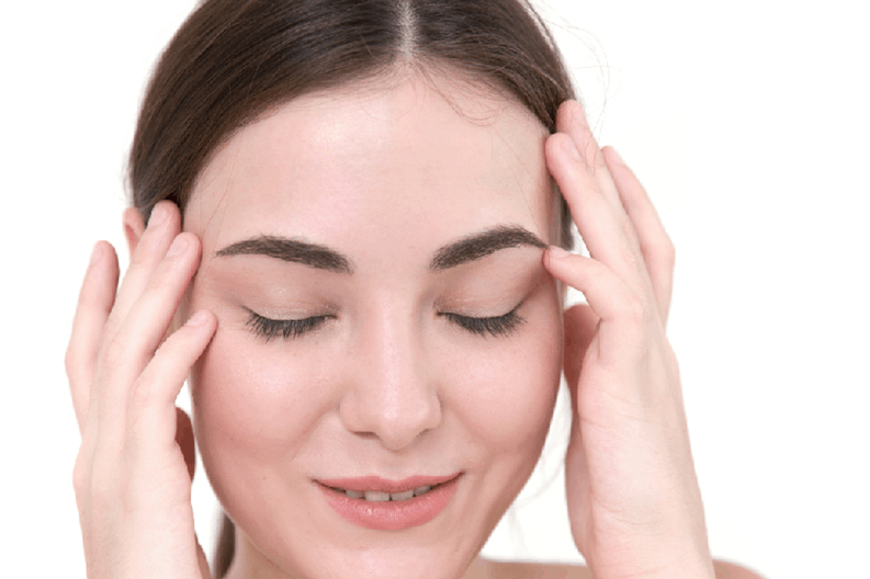 Masaje facial para llenarte de energía. Mujer haciéndose masaje facial. Centro de estética y belleza en Terrassa