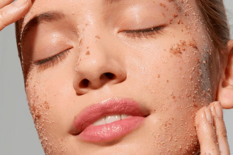 Como exfoliar tu piel en casa. Cara de una mujer haciendo tratamiento. Centro de estética y belleza en Terrassa