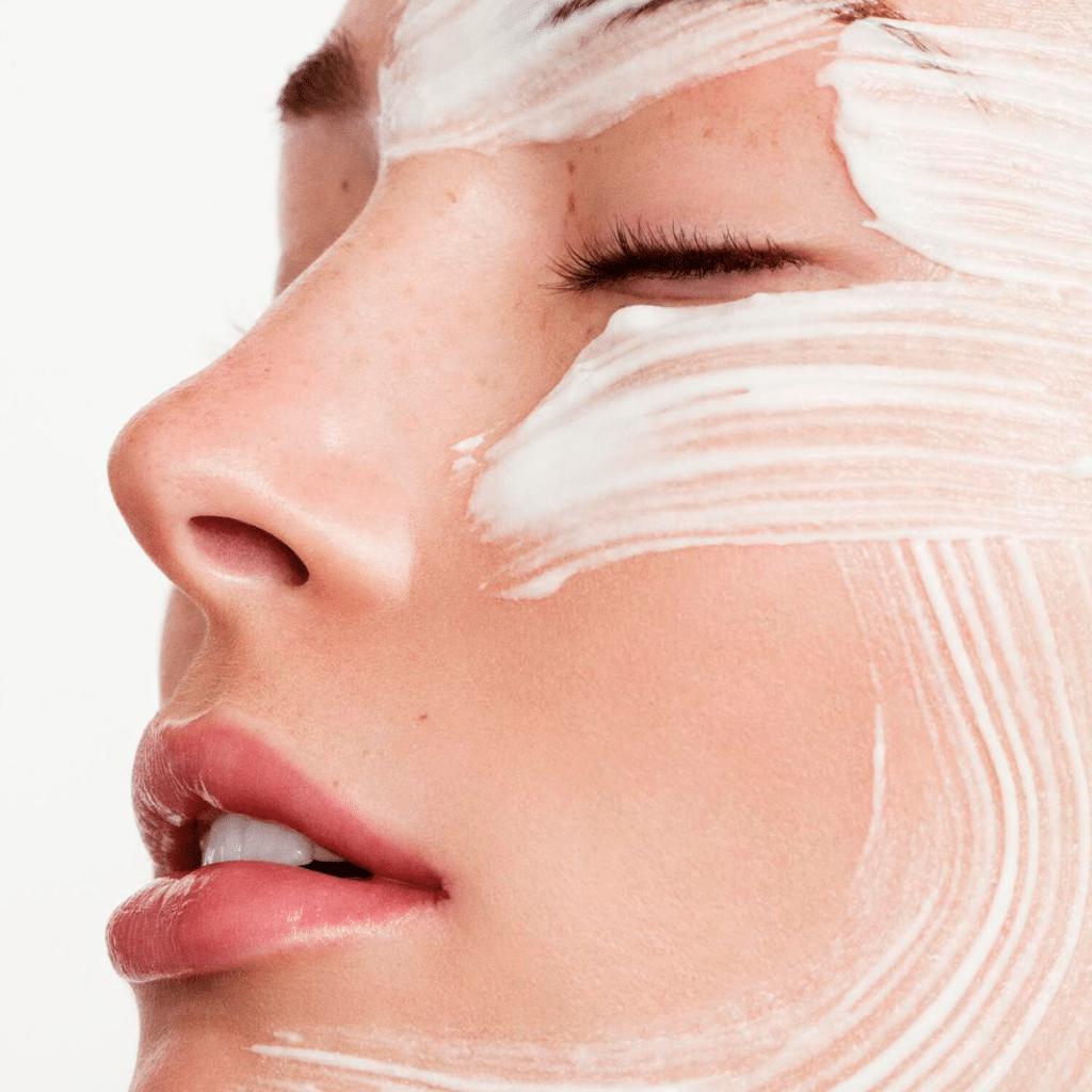 Limpieza facial. Mujer haciéndose tratamiento facial. Centro de estética y belleza en Terrassa