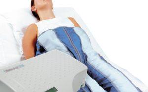 Tratamientos anticelulíticos. Presoterapia. mujer en camilla haciendo tratamiento de presoterapia. Centro de estética y belleza en Terrassa