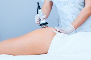 Cavitación. Mujer haciéndose tratamiento de cavitación. Centro de estética y belleza en Terrassa