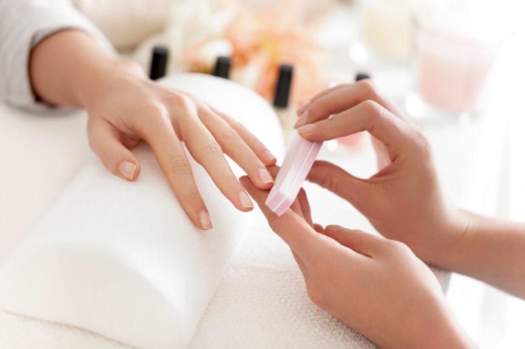 Tratamientos de manicura. Uñas de la mano siendo tratadas. Centro de estética y belleza en Terrassa