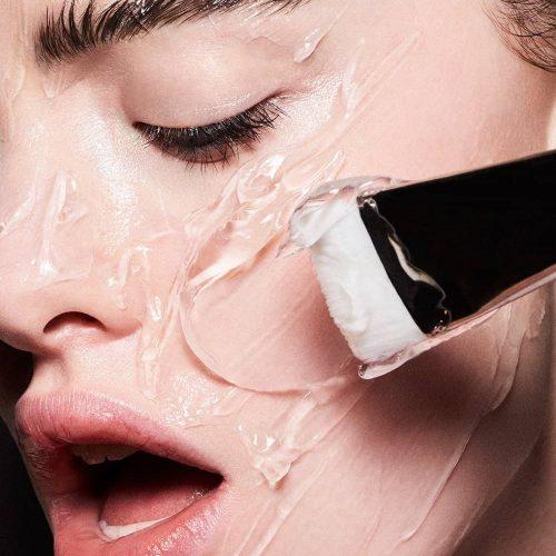 Estética facial. Cara de una mujer aplicándose tratamiento. Centro de estética y belleza en Terrassa